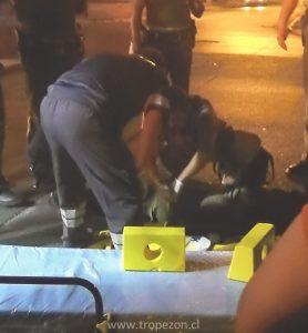 El hombre recibe las primeras atenciones por persona de la Ambulancia SAPU