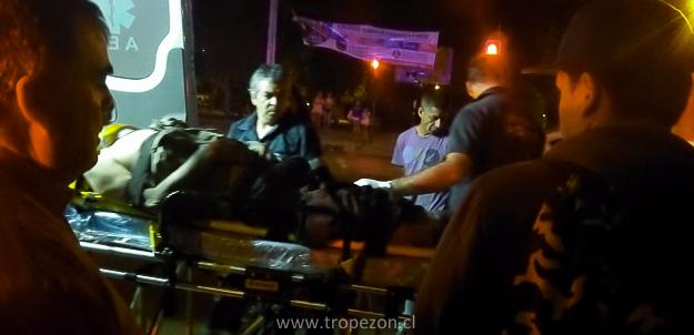 La victima es subida a una ambulancia SAPU inconsciente