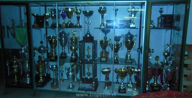 Vitrina que cubría varios metros, que exhibía los trofeos ganados en diferentes campeonatos
