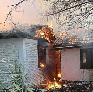 Incendio al interior de la ex unidad policial (foto de Camila)