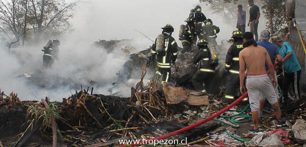 Bomberos y jóvenes del sector controlando el incendio