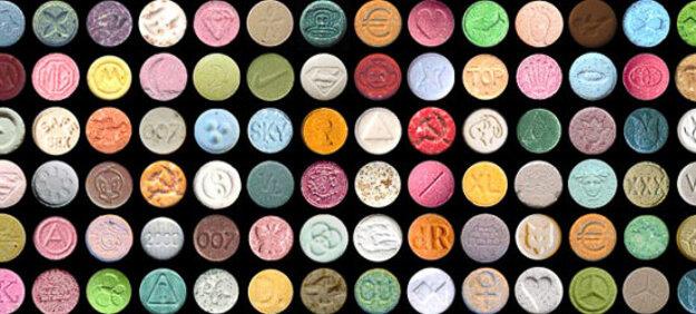 Droga alucinógena y estimulante que puede tener varias formas de pastillas para su comercialización ilegal
