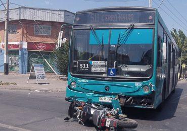 Dos jóvenes resultan heridos en choque de moto y  autobús en Pudahuel