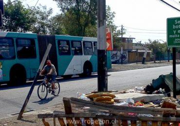 No hacen caso: Vecinos eluden advertencia municipal y tiran basura a la calle en Pudahuel