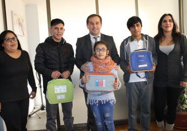 Junaeb entrega audífonos de alta tecnología a estudiantes con problemas auditivos