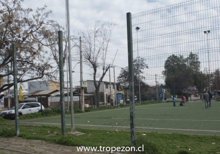 Mayoría de las canchas públicas de Cerro Navia presentan evidente deterioro