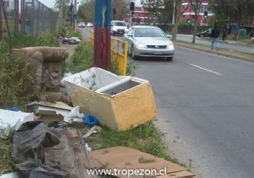 Falta de vereda en tramo de General Bonilla dificulta el tránsito peatonal en Pudahuel