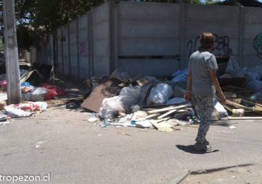 Basura domiciliaria impide el uso de vereda en Cerro Navia