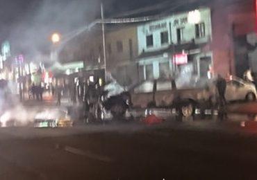 Delincuentes queman camioneta en avenida San Pablo en Pudahuel
