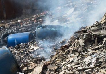 Contenedores con residuos de productos químicos son quemados en basural de Cerro Navia