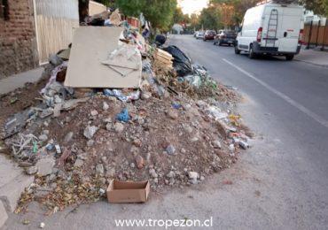Escombros y tierra obstruyen el libre paso de vehículos en calle de Pudahuel
