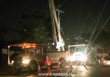 Amplio sector de Pudahuel norte queda sin suministro eléctrico por destrucción de un poste
