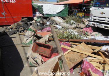 Comerciantes de ferias libres de Pudahuel norte  limpian puestos de trabajo de escombros y basura