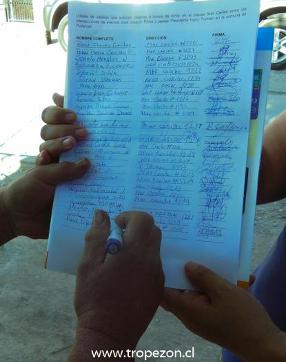 Vecinos entregan carta con firmas al municipio solicitando lomos de toros en calle de Pudahuel