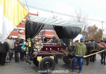 Funeral alegre: con música y baile, decenas de carretas acompañaron cortejo fúnebre de cuasimodista de Cerro Navia