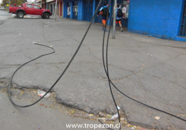 Cables del tendido aéreo cortados y a centímetros del suelo incomodan a transeúntes en Pudahuel