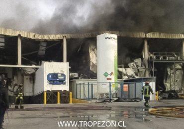 Gigantesco incendio destruye empresa de alimentos en Pudahuel