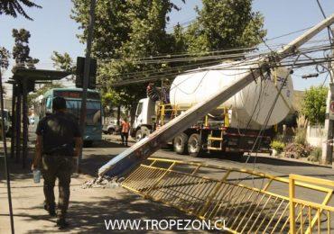 Camión derriba dos postes del tendido de cables aéreos en Cerro Navia
