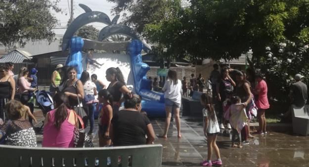 """Decena de niños y niñas disfrutan un """"Verano Entretenido"""" en plaza El Carmen de Pudahuel"""