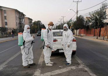 Vecinos de Cerro Navia sanitizan barrios de su comuna