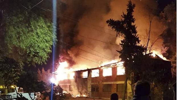 Incendio destruye oficinas del terminal de buses de la empresa Metbus en Cerro Navia