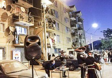Gran sorpresa: Con música mamitas del condominio Errázuriz celebraron su día en Pudahuel