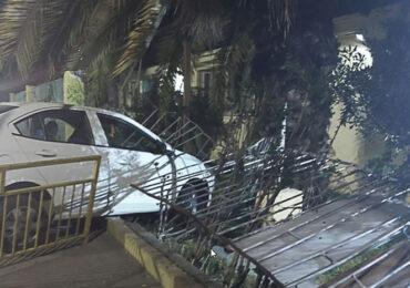 Conductor pierde el control de vehículo y termina incrustado en escuela de Pudahuel