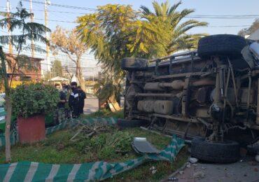 Conductor pierde el control de vehículo y termina derribando poste eléctrico y reja de casa en Pudahuel