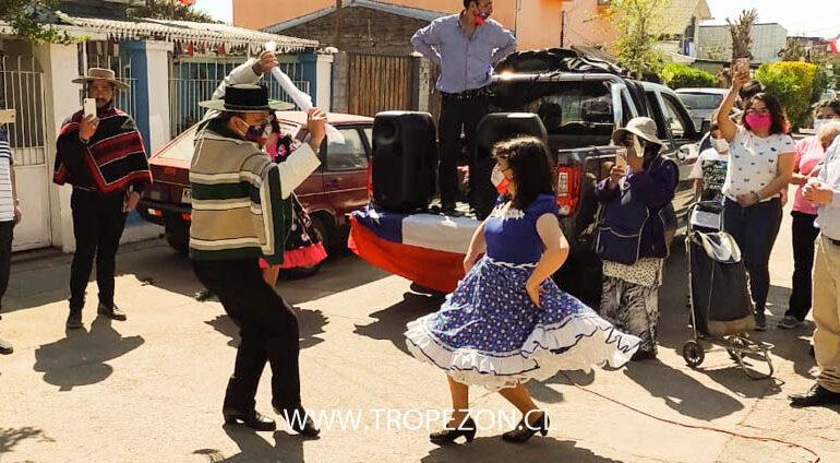 Con cuecas y empanadas agrupaciones culturales visitan barrios de Pudahuel y Cerro Navia
