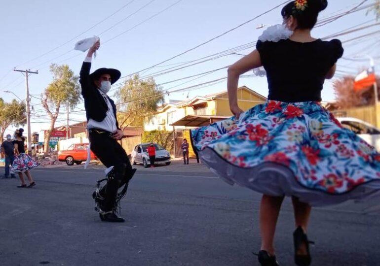 Cultura popular chilena: Vecinos y vecinas de Villa El Comendador disfrutan de colorida caravana en Pudahuel