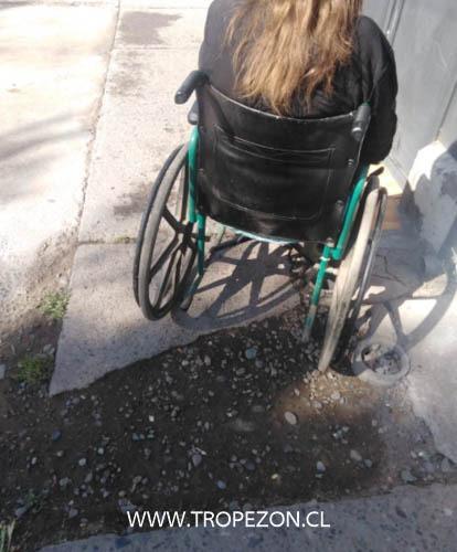Veredas en mal estado dificulta el paso de personas en sillas de ruedas en Pudahuel