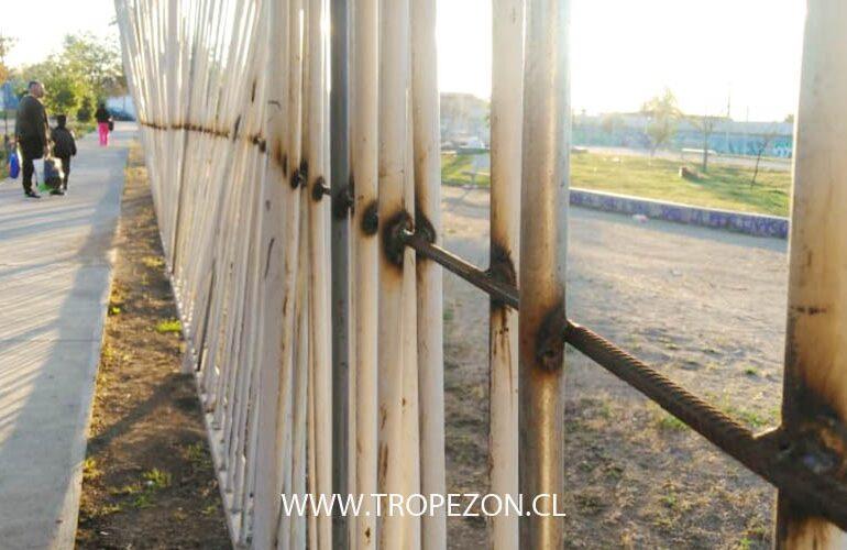 Desconocidos rompieron nuevamente cerco perimetral de plaza en Pudahuel