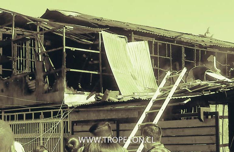 Madre salva a hija de incendio que destruyó casa en Cerro Navia