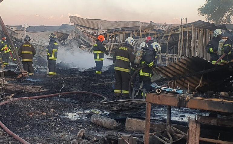 Una fábrica de pallet dos vehículos y cuatro casas resultan destruidas por incendio en Pudahuel rural