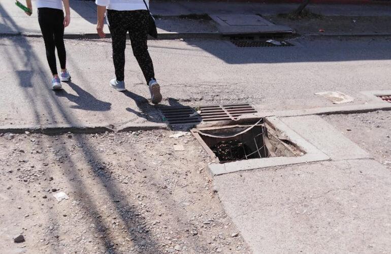 Peligro por destrucción de tapa de sumidero de aguas lluvias en Cerro Navia