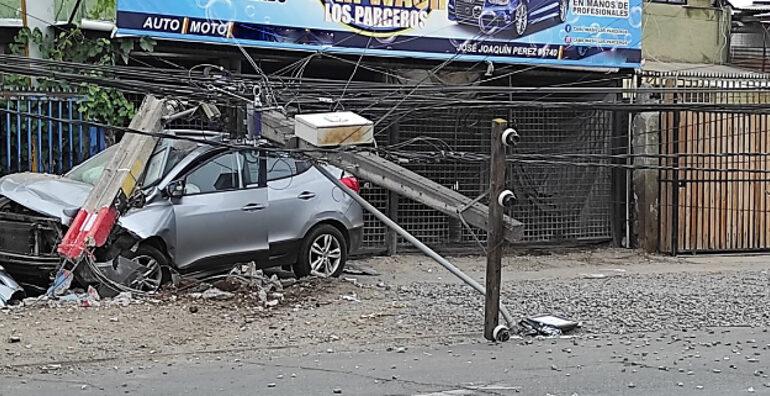 Vehículo que registra encargo por robo derriba poste del tendido eléctrico en Cerro Navia