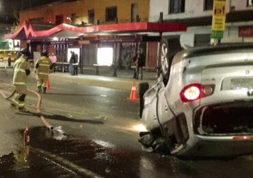 Choque deja lesionados y un automóvil volcado en Pudahuel