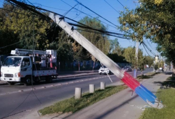 Choque de camión con poste del tendido eléctrico deja sin internet a un amplio sector de Pudahuel