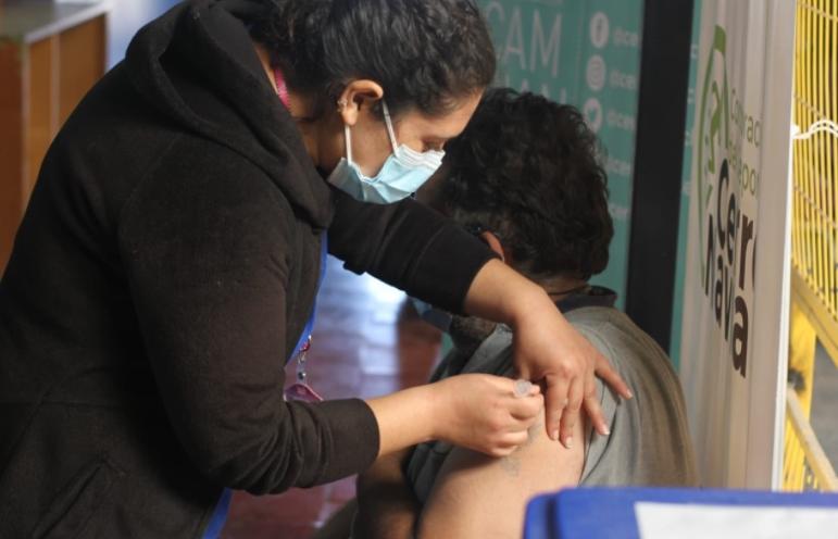 Cerro Navia bordea los dos tercios de su población vacunada entre los 50 y 69 años