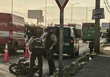Muere motorista al chocar con barrera de seguridad vial en Pudahuel