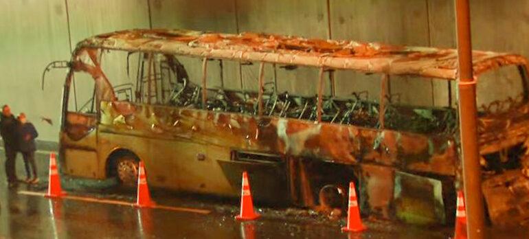 Bus de transporte particular de pasajeros resulta destruido por incendio en Pudahuel
