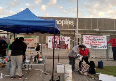 """""""No les vamos a aceptar cualquier migaja"""": Sigue la huelga en la empresa Cosmoplas en Pudahuel"""