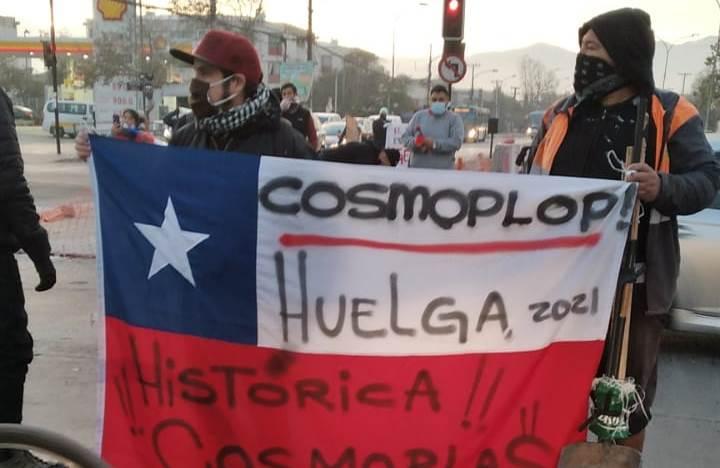 """Protesta de trabajadores de Cosmoplas en metro Pudahuel: """"Seguimos en la lucha y no vamos a parar"""""""