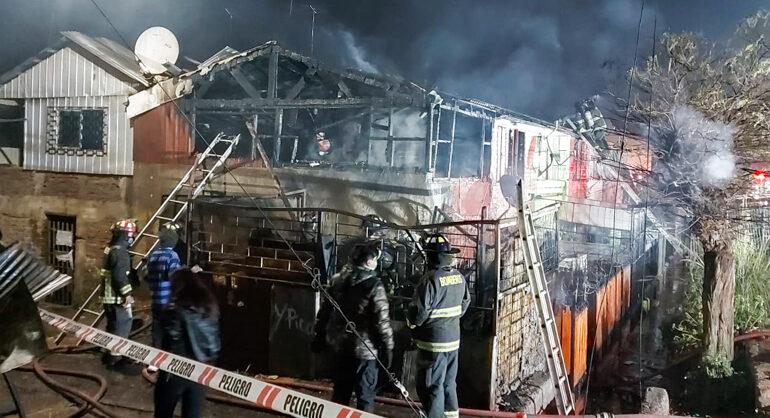 Incendio destruye casa y deja 12 personas damnificadas en Pudahuel