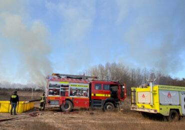 Incendio forestal alerta a bomberos y personal de seguridad del Aeropuerto Internacional en Pudahuel