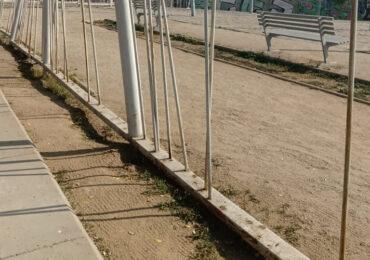 En plaza San Andrés: desconocidos destruyen reja metálica de perímetro en Pudahuel