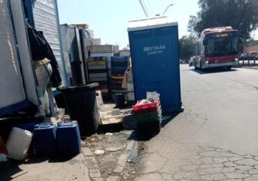 Caos peatonal por ocupación de vereda como estacionamiento de vehículos en Pudahuel