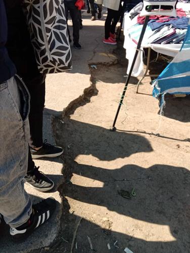 Peligro por tramo de vereda en mal estado que da acceso al persa Teniente Cruz en Pudahuel