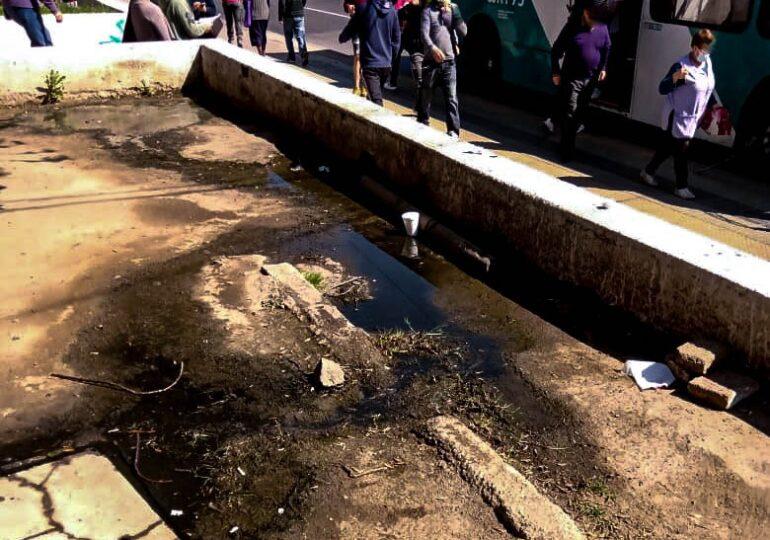 Vecinos preocupados por mal olor de aguas servidas en sector de alta concurrencia de público en Pudahuel