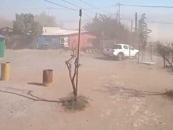 """Vecinos de Noviciado denuncian excesivo polvo en sus casas por construcción: """"La municipalidad no ha hecho nada"""""""